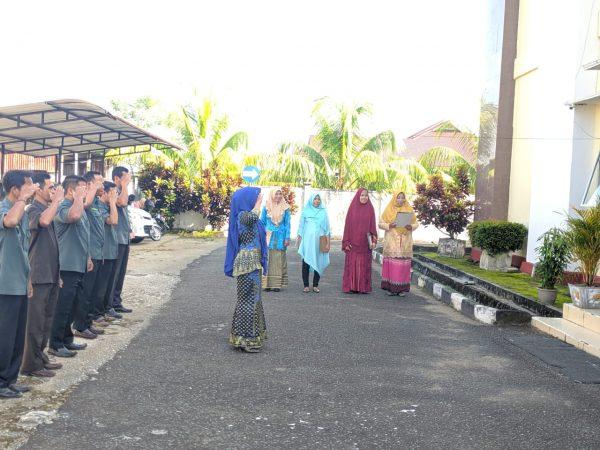 "Peringati Hari Kartini: ""Kartini"" PA Sambas Jadi Petugas Apel Senin  Pagi"
