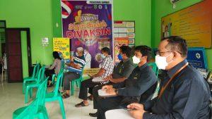 Wakil Ketua dan Dua Orang Hakim PA Sambas Ikuti Vaksinasi Tahap II